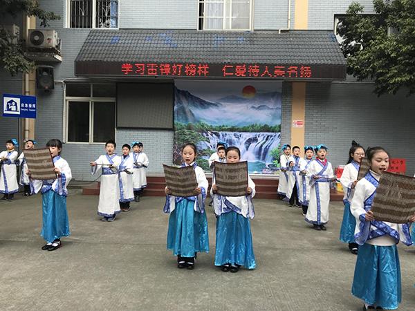 """东坡小学在市福利院开展""""3.5""""学雷锋志愿活"""